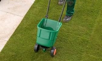 How To Apply A Lawn Feed Weed Moss Killer Rolawn